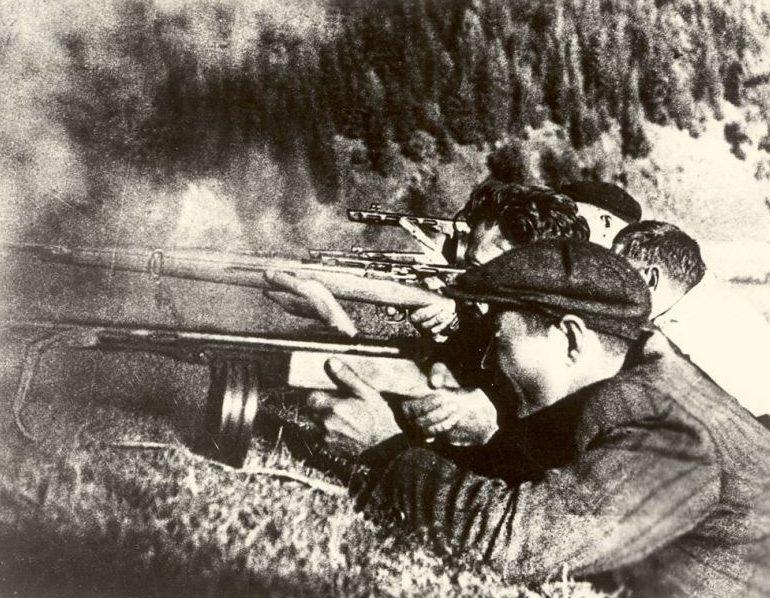 Партизаны в бою. Сентябрь 1944 г.