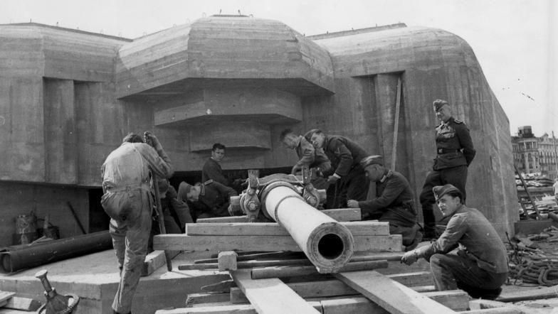 Установка орудия на батарею. Нормандия. Сентябрь, 1943 г.