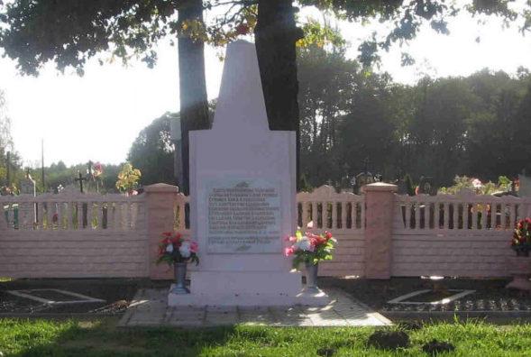 д. Головачи Гродненского р-на. Братская могила на кладбище, в которой захоронено 6 советских воинов.