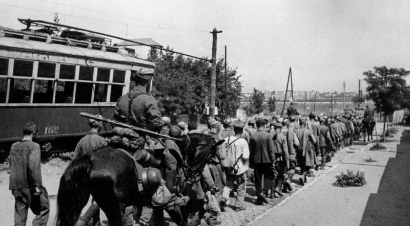 Советские пленные на Буденновском проспекте. Июль 1942 г.