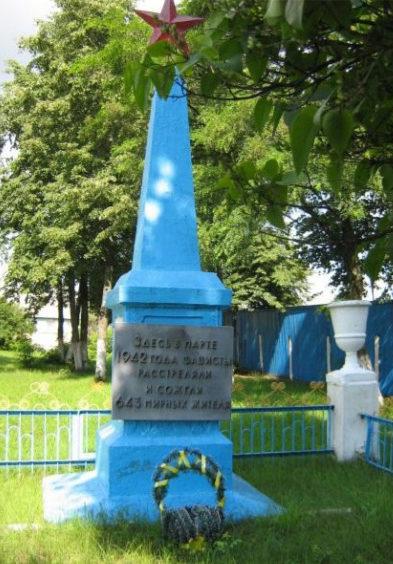 п. Октябрьский. Памятник по улице Бумажкава, установленный на братской могиле, в которой захоронены останки 643 жителей, которых 2 апреля 1942 года сожгли живыми каратели в помещении клуба спиртзавода.
