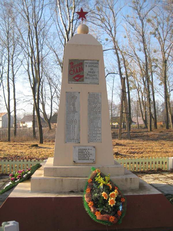 д. Лунно Мостовского р-на. Памятник 66 землякам, погибшим в годы войны.