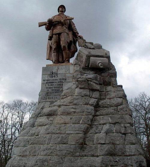 Главный памятник на мемориале.