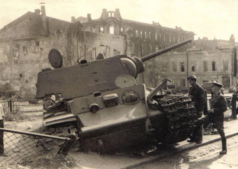 Немцы у подбитого советского танка. Июль 1942 г.