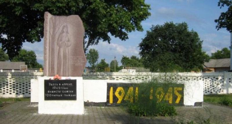 п. Октябрьский. Памятник по улице Советской, установленный на братской могиле, в которой захоронены останки 700 жителей, которых 2 апреля 1942 года во время карательной операции расстреляли, а затем сожгли каратели.