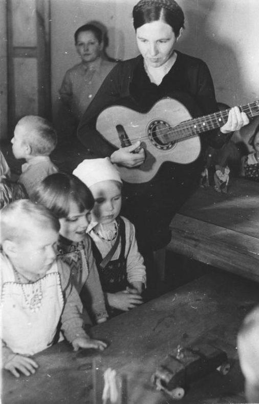 Детские ясли. Восточный трудовой лагерь в Германии. Фотография немецкой пропаганды. Февраль, 1944 г.