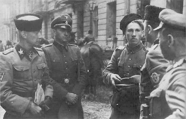Казаки Вермахта на улице города. Июль 1942 г.