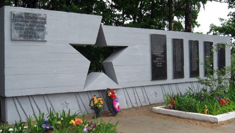 д. Протасы Октябрьского р-на. Памятник, установленный на братской могиле, в которой похоронено 253 советских воина и партизана. Среди них - Герой Советского Союза Бухтуев М.А.