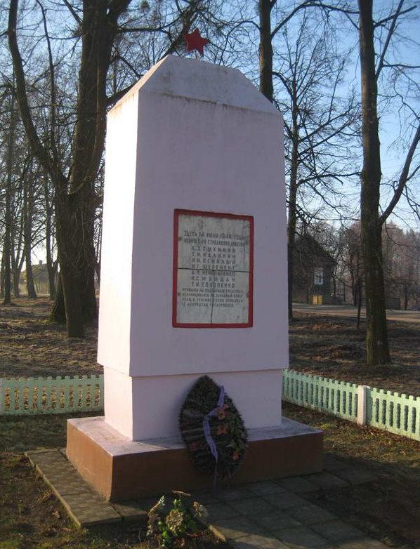 д. Лунно Мостовского р-на. Памятник, установленный в 1974 году на братской могиле, в которой похоронено 7 советских воинов.