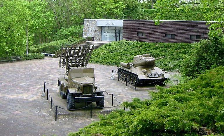 Общий вид на площадку с военной техникой.