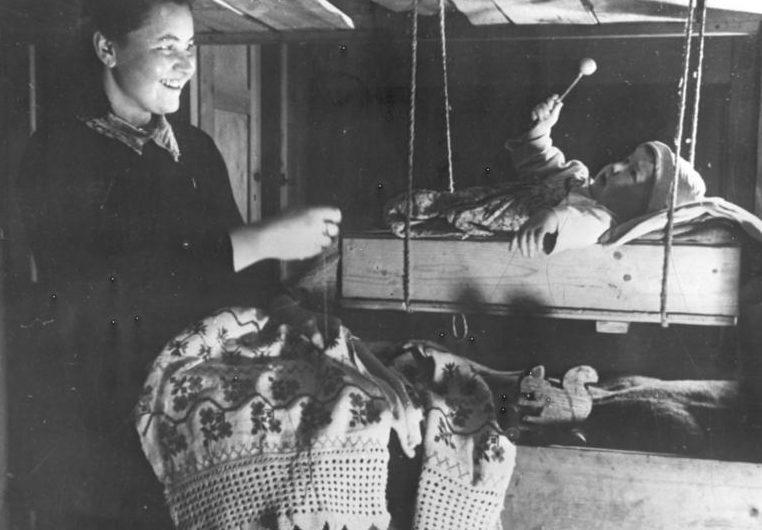 «Счастливая» мать после работы в трудовом лагере. Фотография немецкой пропаганды. Февраль, 1944 г.