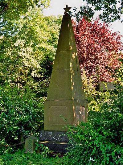 г. Иббенбюрен. Памятник, установленный на братской могиле, в которой похоронен 41 военнопленный, погибший в концлагере «Zentralfriedhof».