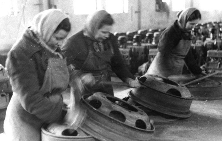 Остарбайтеры на автозаводе. 1944 г.