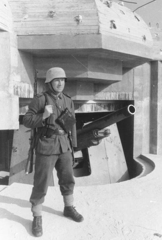 Sentry a fegyver közelében.  Normandia.  1944 g.