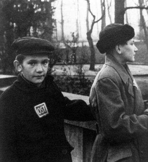Юные подневольные рабочие из Советского Союза в парке в Германии. 1944 г.
