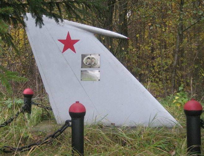 д. Миклошовцы Мостовского р-на. Памятный знак на месте гибели летчиков.