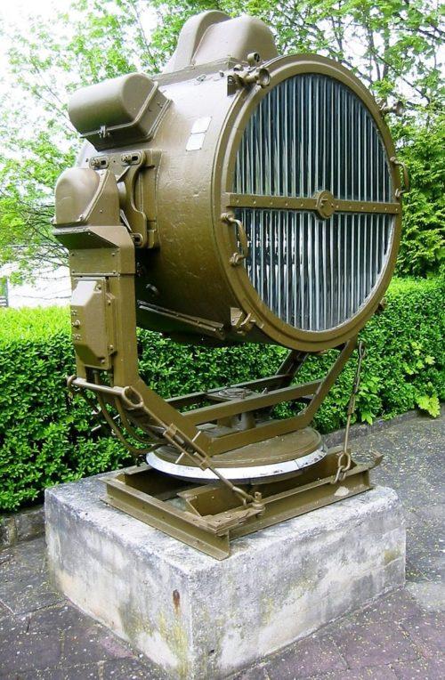 Памятник-прожектор APM-90.