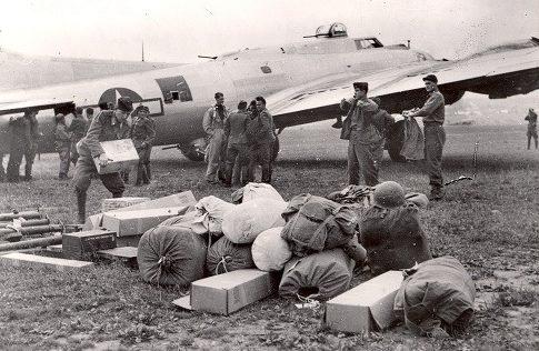 Выгрузка советского самолета, прибывшего к повстанцам. Сентябрь 1944 г.