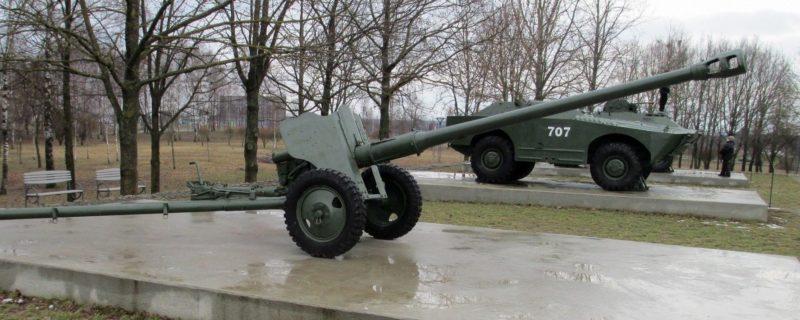 Площадка военной техники и орудий.