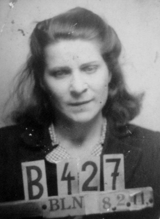 Тюремный снимок советской подневольной работницы Александры Абрамовой в берлинской тюрьме. После побега с места работы она была арестована и содержалась некоторое время в берлинской тюрьме, после чего ее отправили в штрафной лагерь. 1944 г.