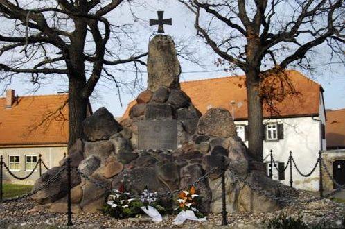 д. Хайлигенталь. Памятник землякам, погибшим в годы обеих мировых войн.
