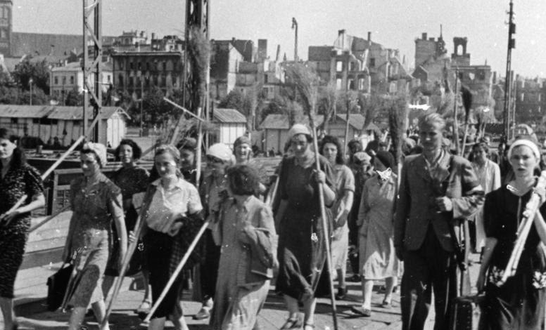 Женщины Риги идут на обязательные работы. 1942 г.