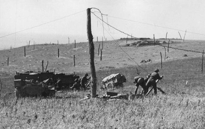 Установка «спаржи Роммеля» на полях против воздушного десанта. Нормандия, 1944 г.