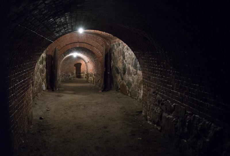 Двор и подземелья форта.