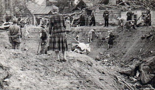 Женщины на принудительных работах. 1942 г.