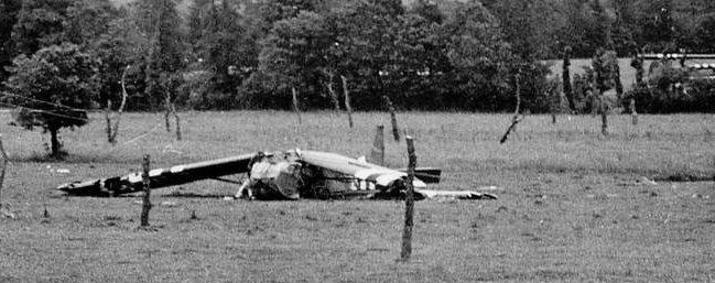 Результат приземления британского планера на поле со «спаржей Роммеля». Нормандия, 1944 г.
