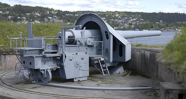 Одно из трех береговых 280-мм орудий крепости на прежней позиции.