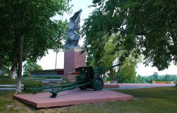 г. Петриков. Памятник советским воинам.