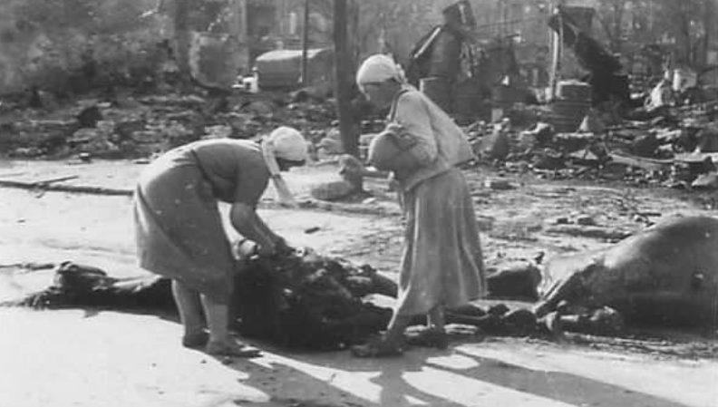 Женщины срезают мясо с убитой лошади на ул. Почтовой. Июль 1942 г.