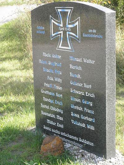 Коммуна Хемертен. Памятник, установленный на братской могиле, в которой похоронено 25 немецких солдат.