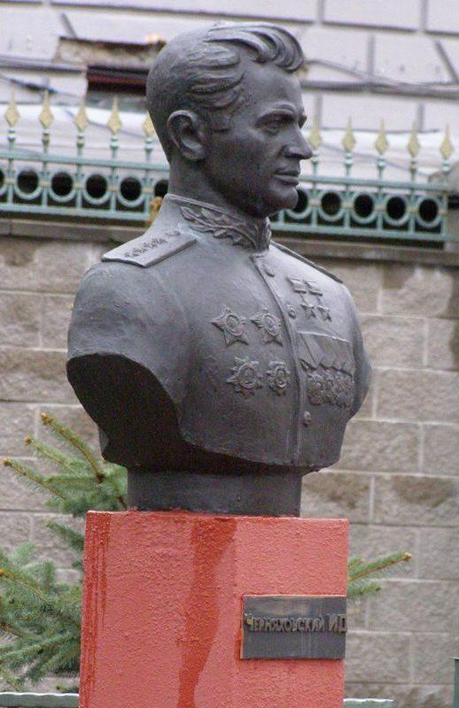 Бюст И.Д. Черняховского.