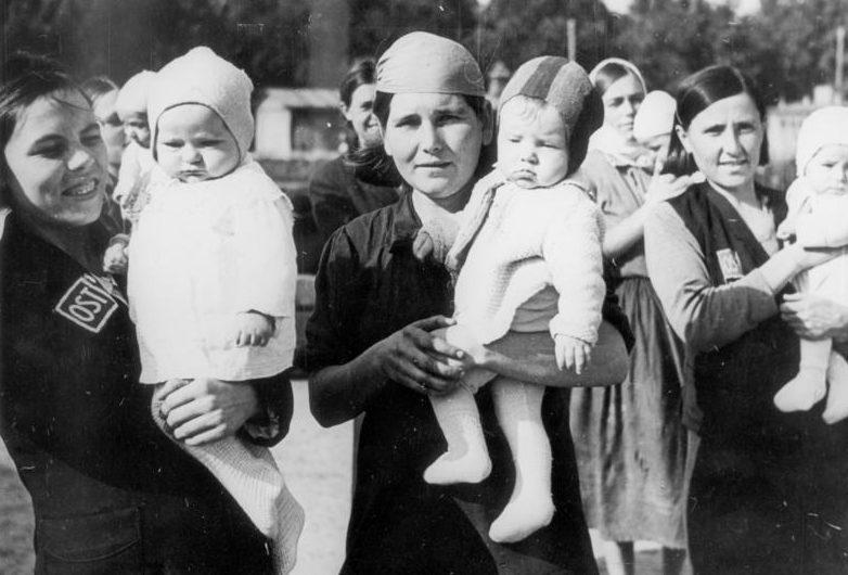 Восточные рабочие в Германии со своими маленькими после работы. 1944 г. Фотографии немецкой пропаганды.