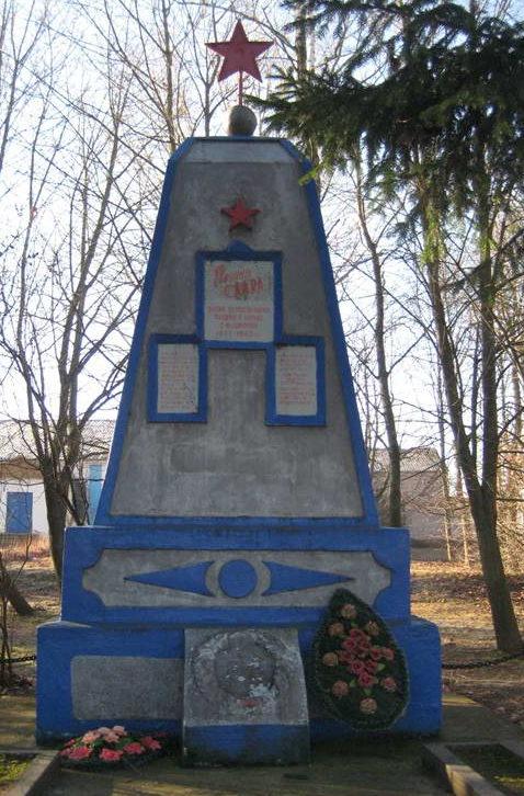 д. Пилки Мостовского р-на. Памятник 20 землякам, погибшим в годы войны.