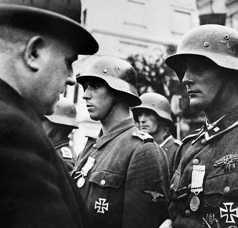 Президент Словацкой Республики Йозеф Тисо награждает участников подавления восстания. Ноябрь 1944 г.