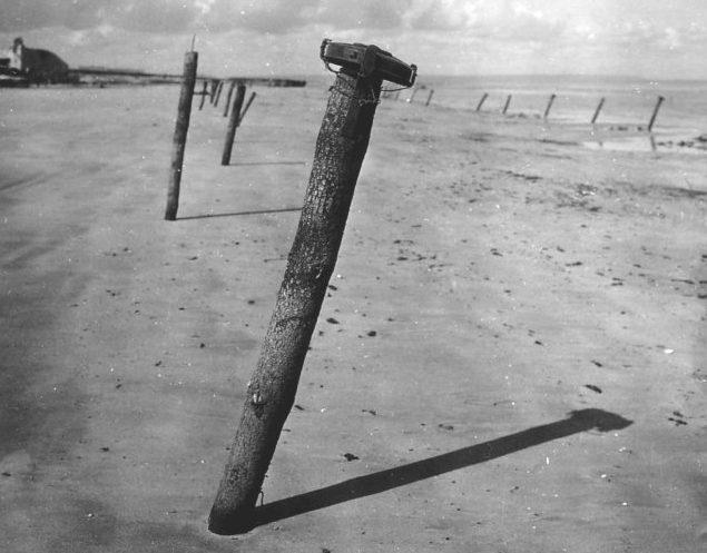 Столбы на побережье с противотанковыми минами. 1944 г.