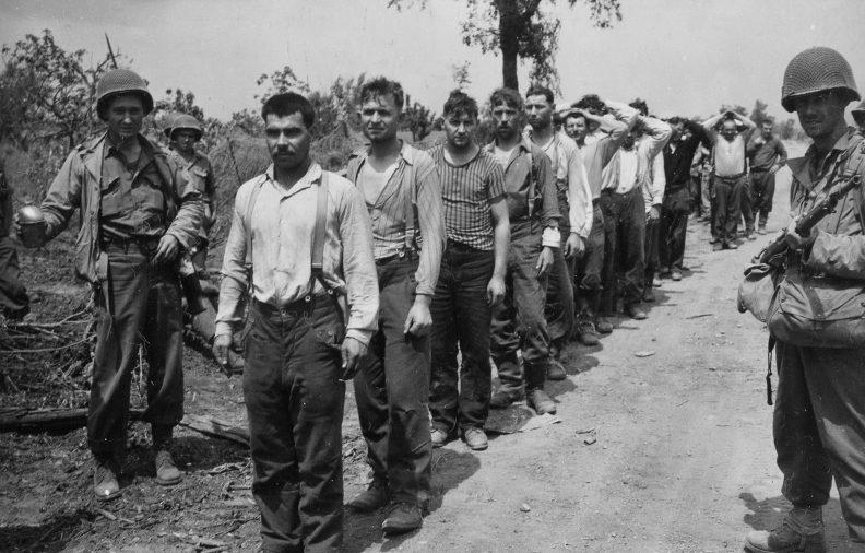 Советские подневольные рабочие из числа военнопленных, освобожденные американскими войсками в районе итальянского города Чистерна. Май 1944 г.
