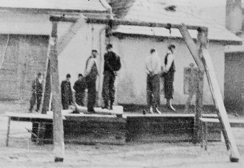 Публичная казнь партизан карателями в селе Меджиброд, в районе Банска Быстрица. Ноябрь 1944 г.