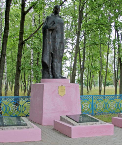 д. Вышемир Речицкого р-на. Памятник, установленный на братской могиле, где похоронен 301 советский воин.
