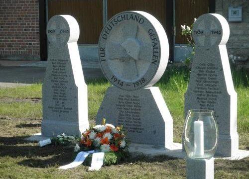 д. Айшлебене. Памятник землякам, погибшим в обеих мировых войнах.