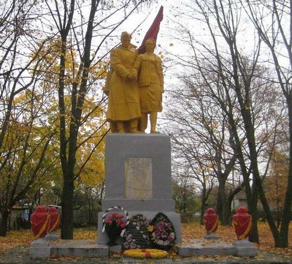 д. Сухиничи Мостовского р-на. Памятник 125 землякам, погибшим в годы войны.