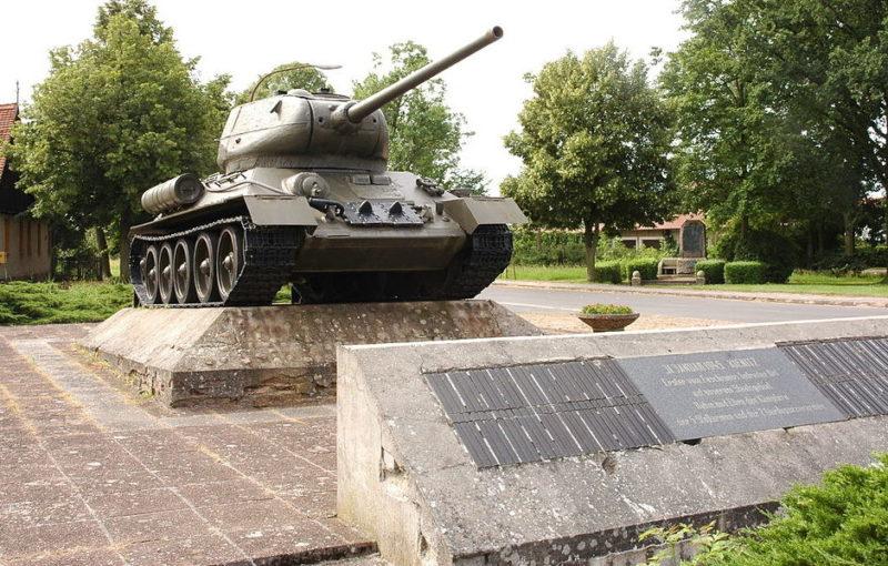 г. Киениц. Памятник- танк Т-34/85, установленный в память о форсировании реки Одер Красной Армией 31 января 1945 года.
