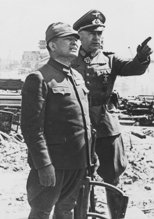 Японский посол в Германии генерал Хироси Осима и генерал Рихард Руофф на Буденновском спуске. Июль 1942 г.