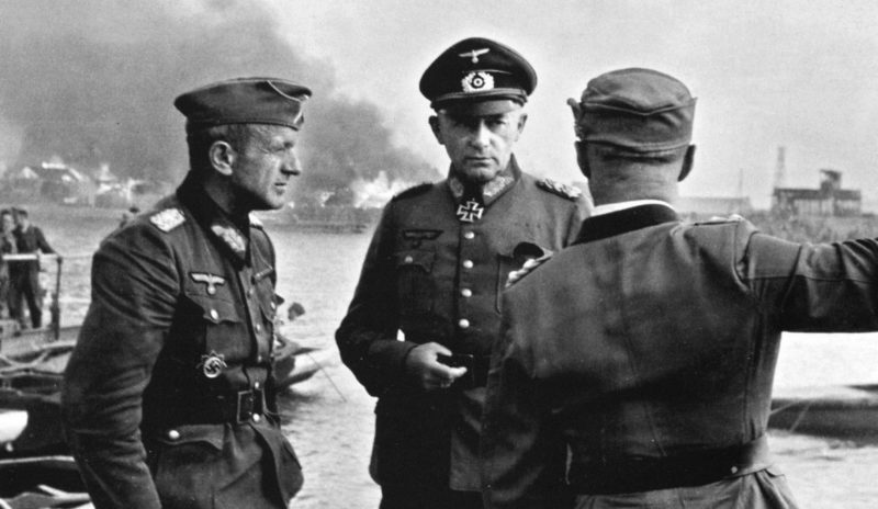 Генералы Эвальд фон Клейст (слева) и Рихард Руофф (в центре) на Буденновском спуске. Июль 1942 г.