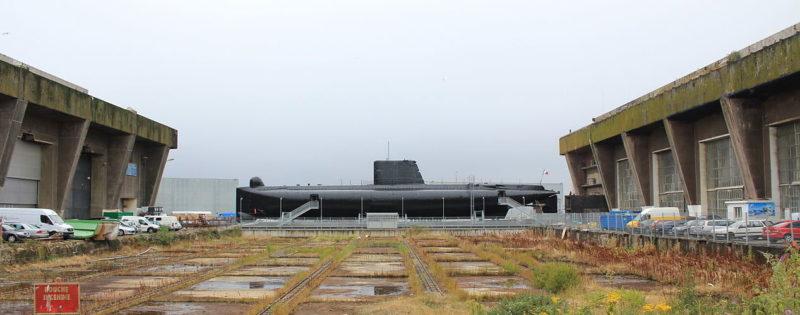 Двор с платформой перемещения подлодок между сухими доками бункеров «Keroman I» и «Keroman II».
