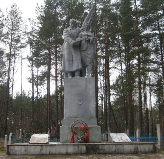 д. Черленка Мостовского р-на. Памятник, установленный в 1961 году на братской могиле, в которой похоронен 81 советский воин и партизан.
