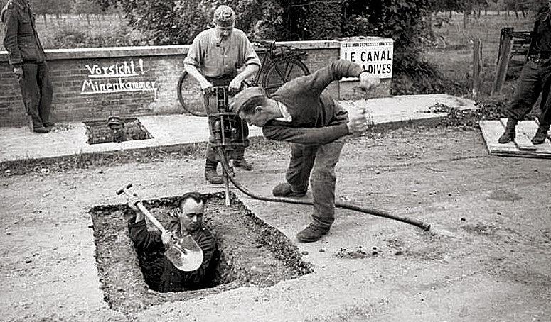 Подготовка немецкими солдатами позиций перед мостом. 1944 г.